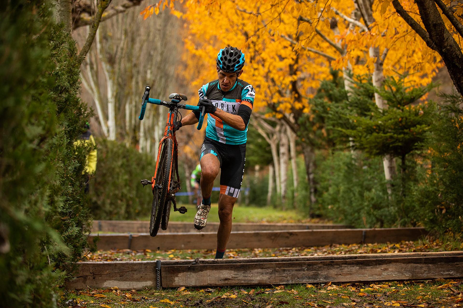 sergio bike superando obstáculos durante una carrera de ciclismo con su bicicleta cogida