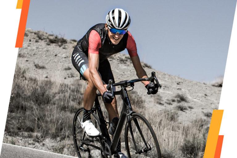 Sergio Bike esforzándose en un entrenamiento de ciclismo en carretera