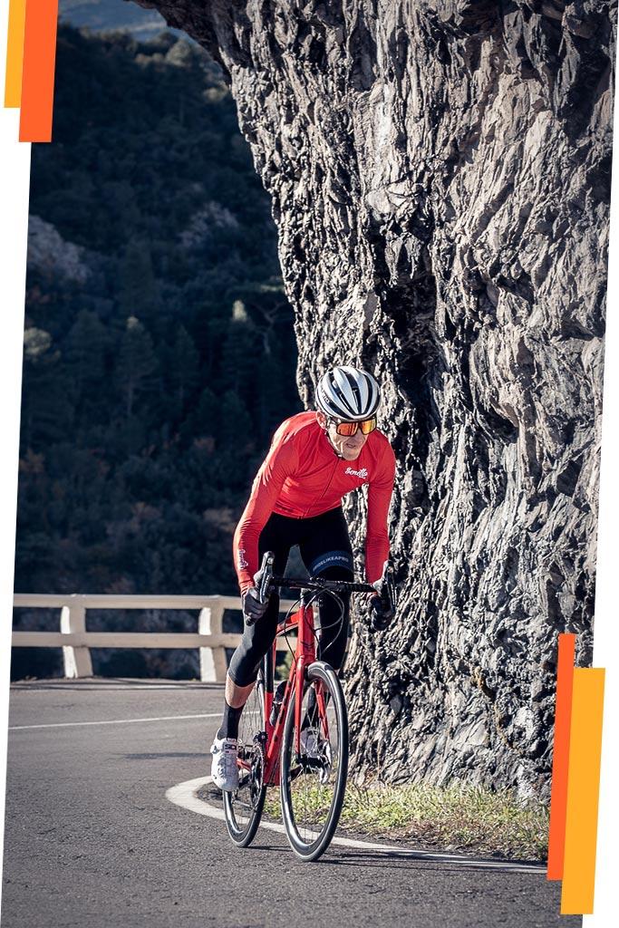 Sergio Bike en una subida por carretera entrenando para carreras de gran fondo