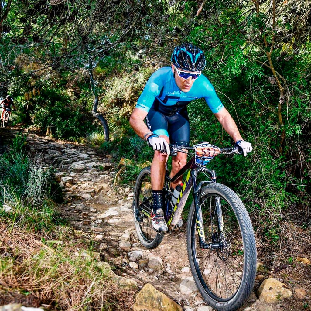 Juan Luis Corcoles sobre su bicicleta durante una carrera