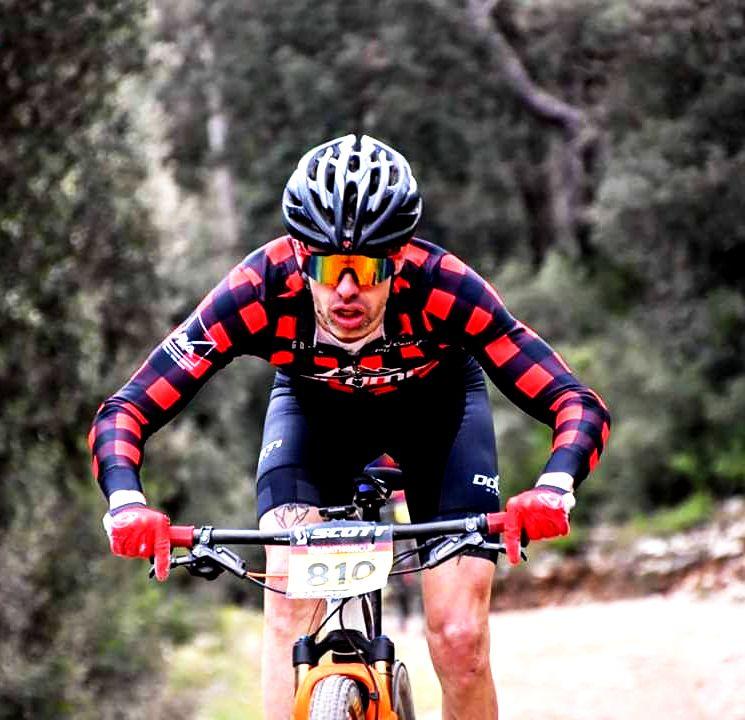 Oleguer en su bicicleta durante una carrera