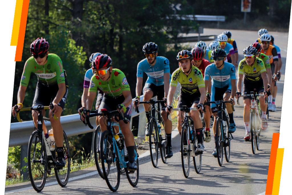 Pelotón de ciclistas disfrutandeo de una quedada de ciclismo organizada por Sergio Bike