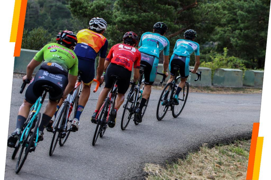 Pelotón de ciclistas subiendo un puerto en una quedada de ciclismo organizada por Sergio Bike